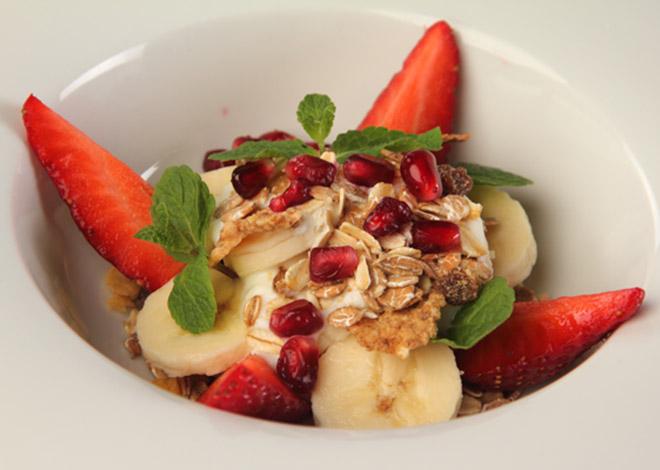 Bananen-Granatapfel-Erdbeersalat mit Haferflocken und Minze