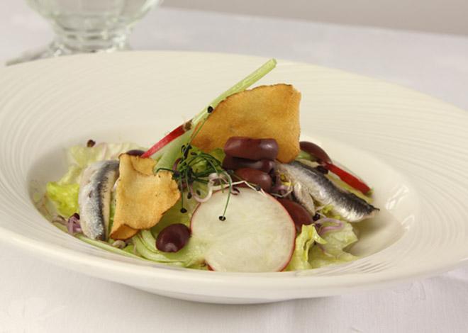 Eisbergsalat mit Radieschen, Sprossen, Sardellenfilet und Oliven
