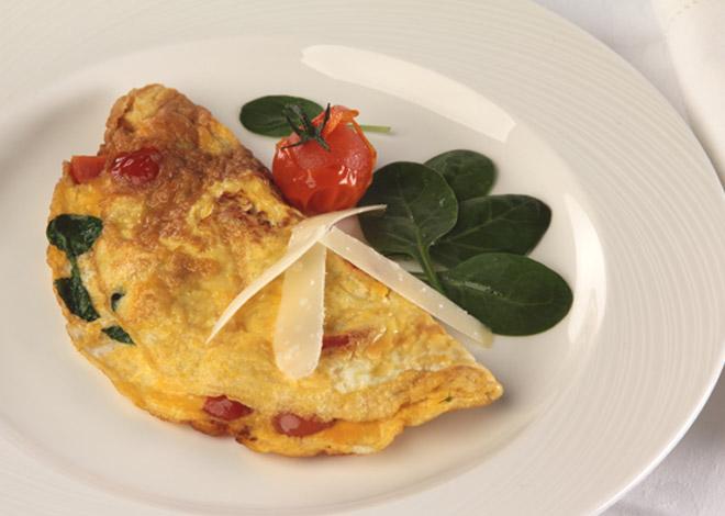 Omelette mit Babyblattspinat, Kirschtomaten und Parmesan