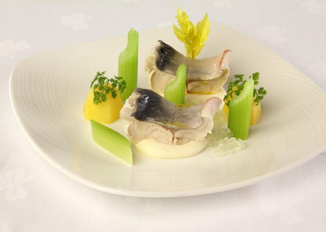 Pochierter Seesaibling mit Sellerie und Kerbelkartoffeln